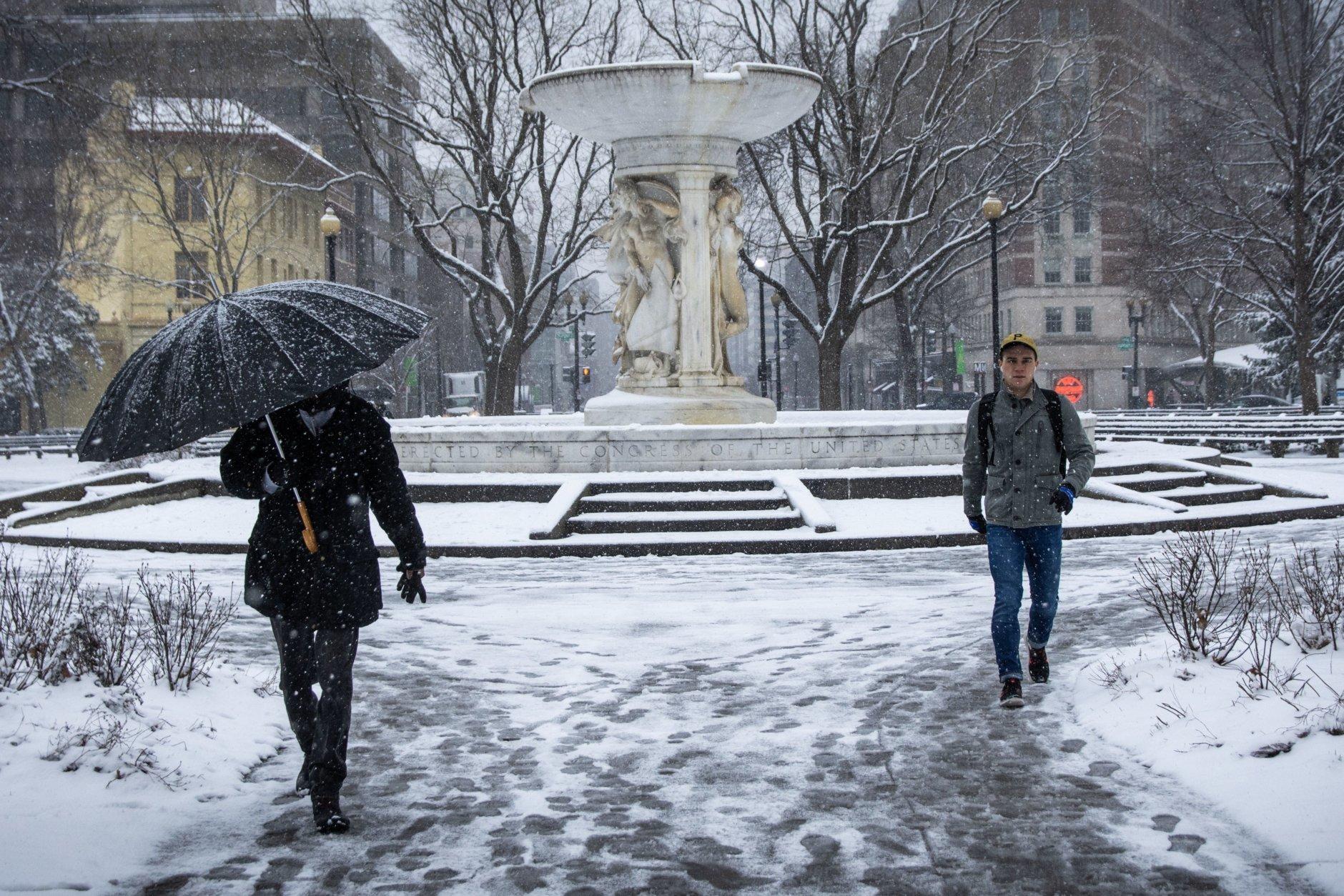 Dupont Circle's fountain in the snow. (WTOP/Alejandro Alvarez)