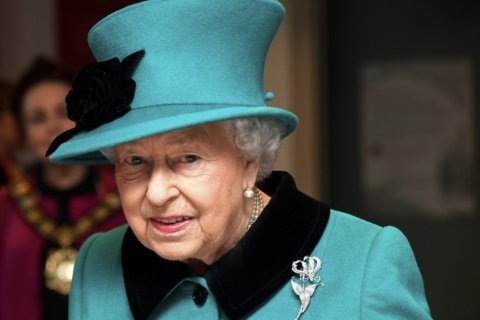 Britain's queen in new photo portrait with 3 heirs to throne