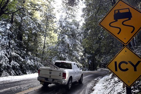 Freezing rain causes power outages, ices Midwest roads