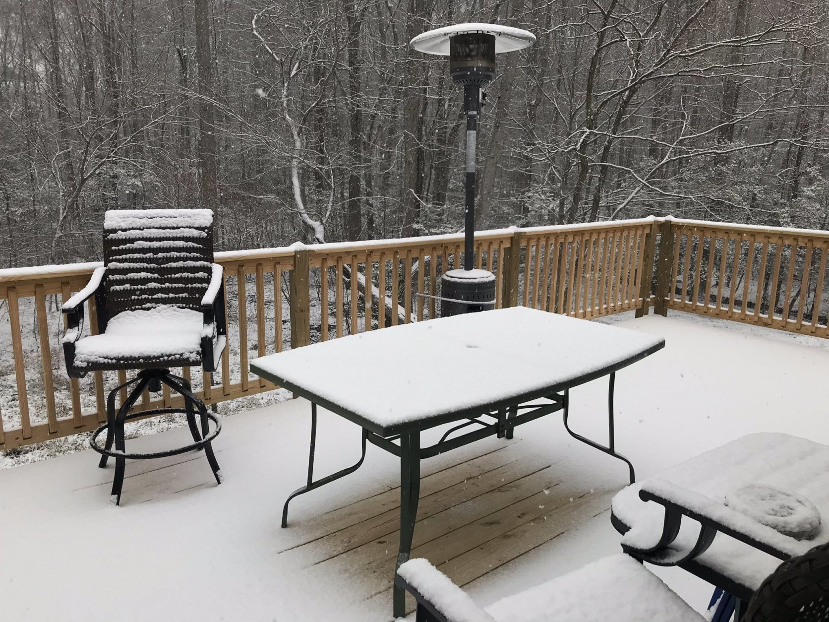 Snow collects in the Prince Frederick/Huntingtown area. (WTOP/Michelle Basch)