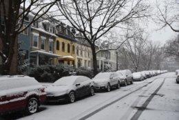 Snow in D.C.'s Woodley Park neighborhood. (WTOP/Alejandro Alvarez)