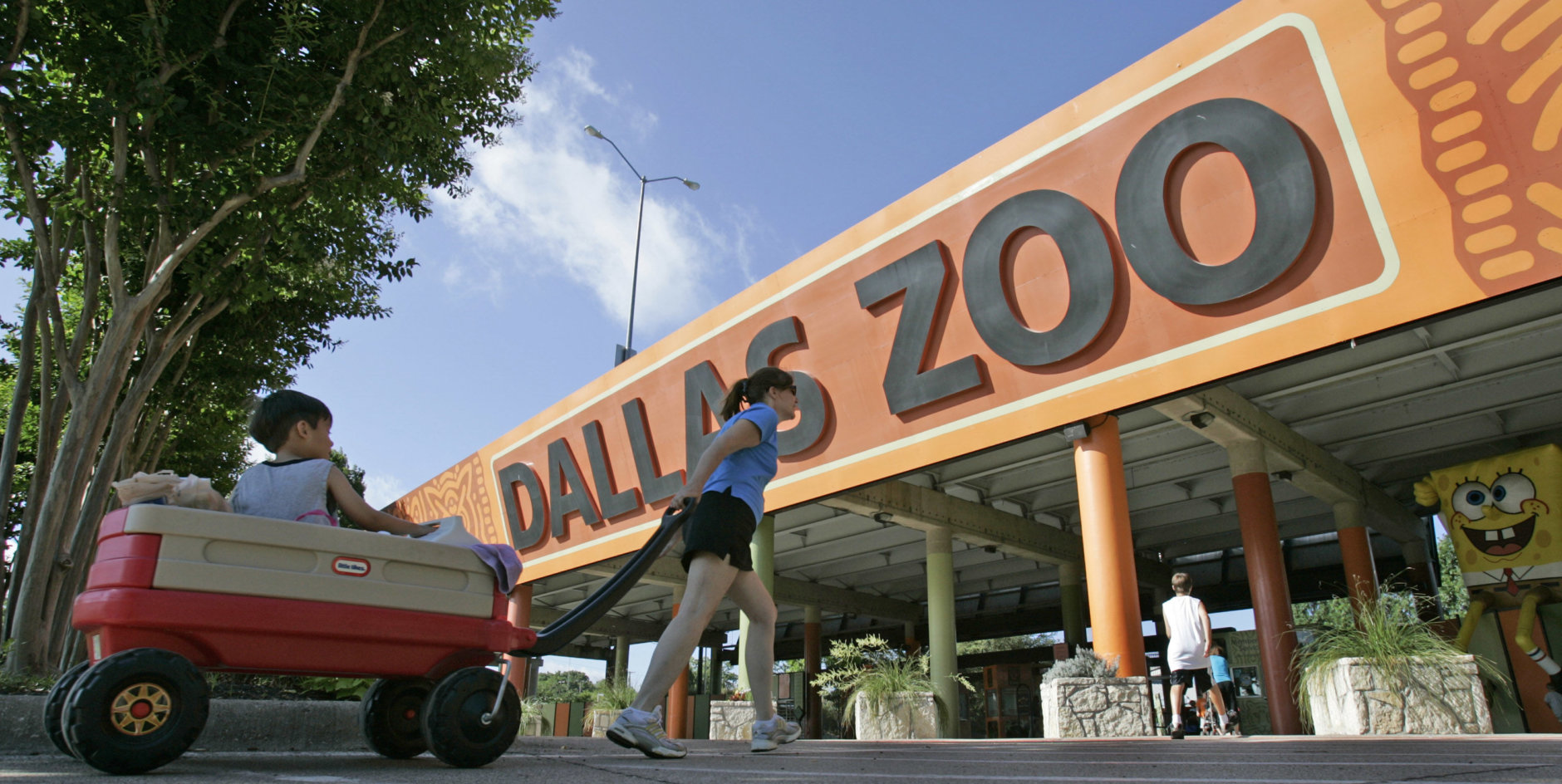 The entrance to the Dallas Zoo in Dallas,  Tuesday, June 3, 2008.  (AP Photo/Steve Helber)