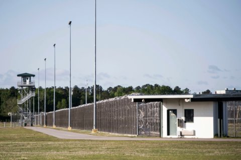 Federal bills would let state prisons jam cellphone signals