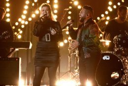 """Shay Mooney, right, of Dan + Shay, and Kelly Clarkson perform """"Keeping Score"""" at the 54th annual Academy of Country Music Awards at the MGM Grand Garden Arena on Sunday, April 7, 2019, in Las Vegas. (Photo by Chris Pizzello/Invision/AP)"""