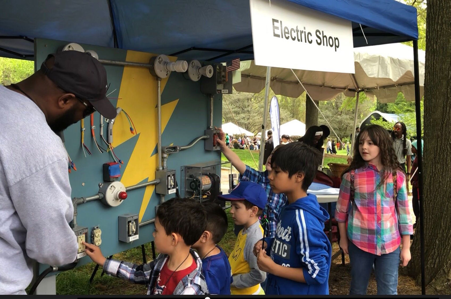 Darren Moody of the Smithsonian Institution taught children about electricity. (WTOP/Kristi King)