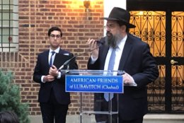 Rabbi Levi Shemtov of American Friends of Lubavitch speaks at a vigil to denounce hate. (WTOP/Mike Murillo)