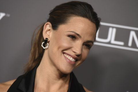 Jennifer Garner keeps it hilariously real in candid bus stop photo