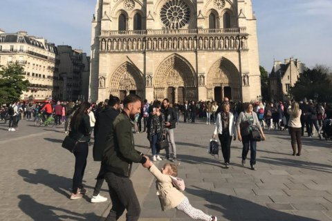Woman asks for social media's help to find man, girl in viral photo outside Notre Dame before fire