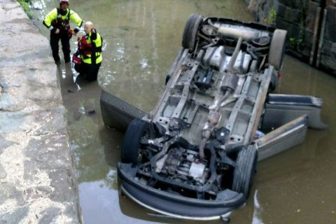 2 hospitalized after car overturns in C&O Canal