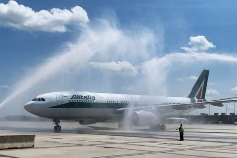 Italian ambassador welcomes Alitalia's 1st Rome-to-Dulles flight