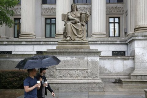 Man arrested for arson outside National Archives