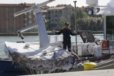Cruise ship slams into tourist boat, dock in Venice
