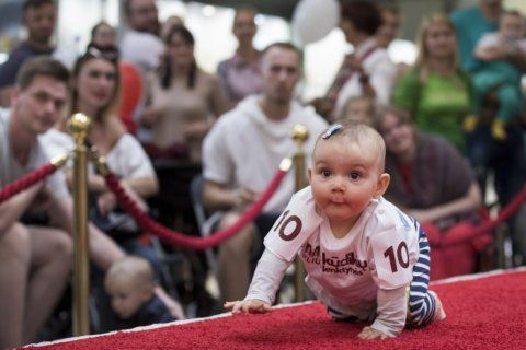 Lift those knees: Babies crawl to the Lithuanian finish line