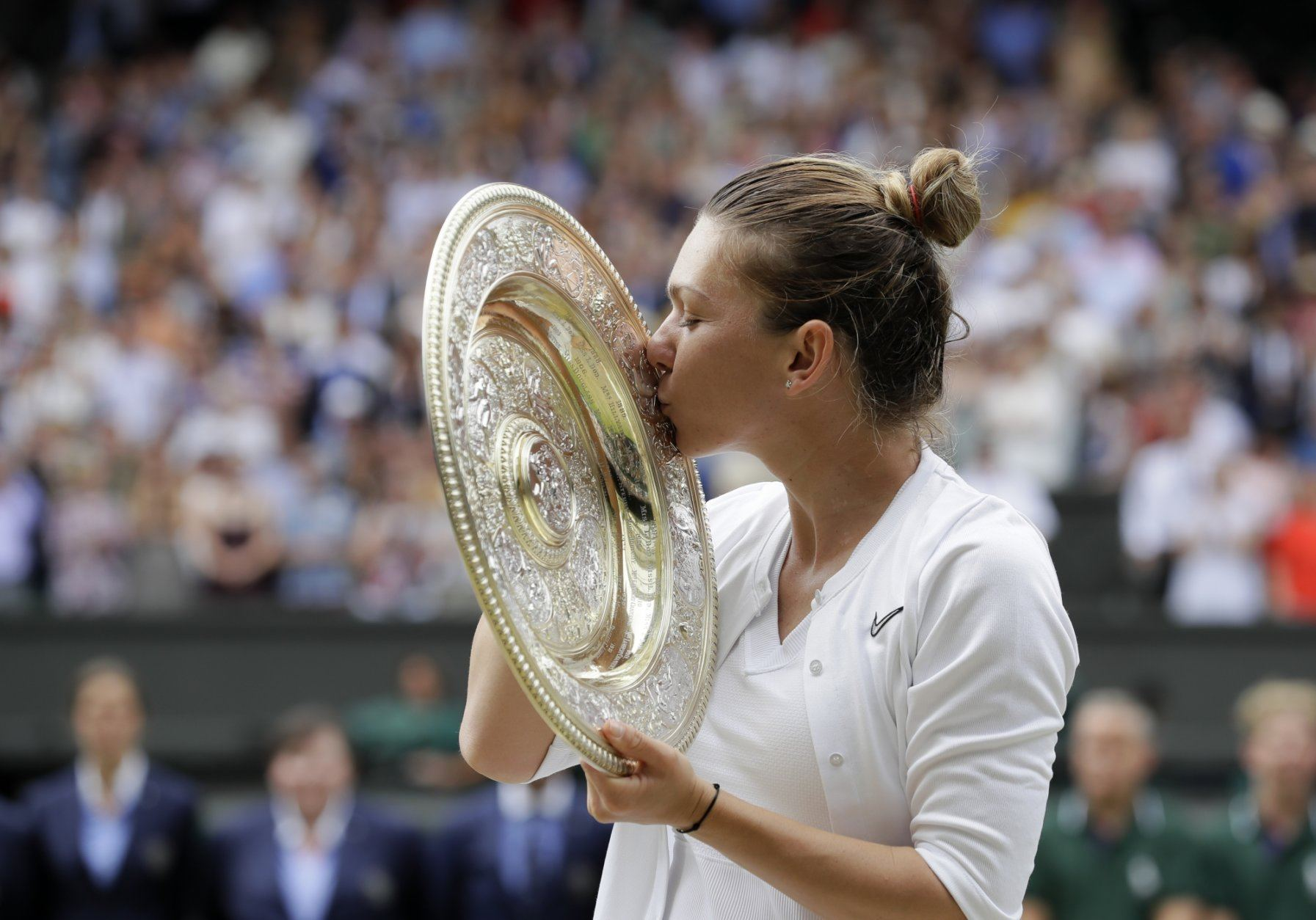 Halep routs Williams to win Wo...