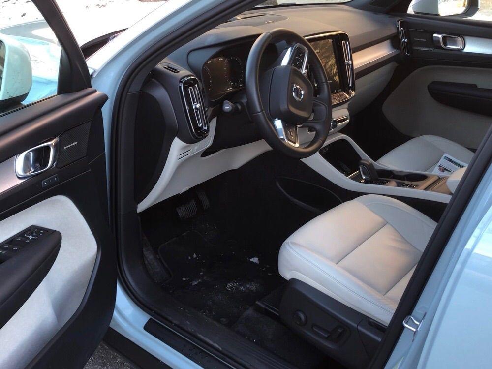 Inside the Volvo XC40 AWD Momentum