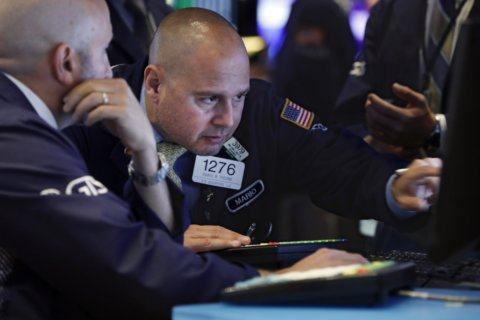 US stocks edge lower as earnings reports ramp up