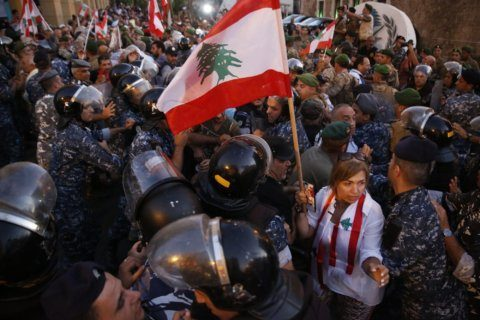 Lebanon lawmakers vote on budget, protesters up the pressure