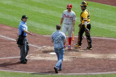 Fan walks to plate, Hoskins HR in 11th lifts Phils over Bucs