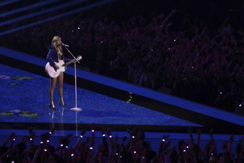 The Latest: MTV VMAs, in Jersey for the 1st time, flaunt it