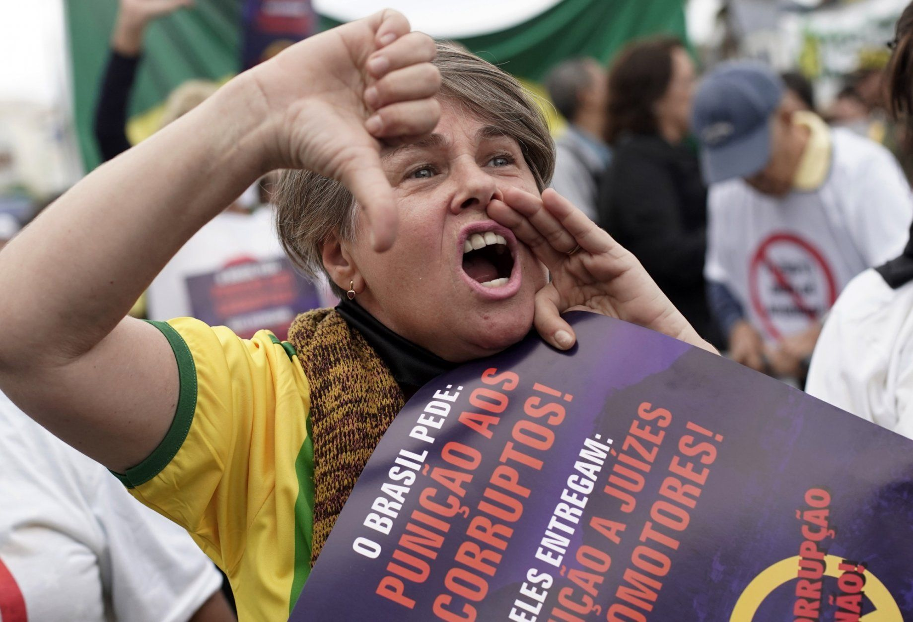 "A woman shouts slogans against corruption during a rally in support of the government's ""Car Wash"" investigation into corruption on Copacabana beach, Rio de Janeiro, Brazil, Sunday, Aug. 25, 2019. Supporters of the president and the justice minister called for the nationwide demonstration. (AP Photo/Silvia Izquierdo)"