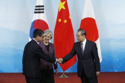 China hosts Japan, S. Korea ministers in bid to smooth row