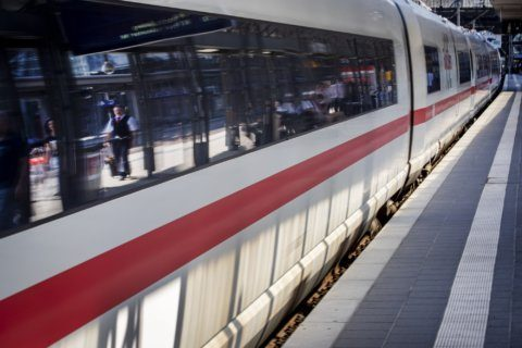 Frankfurt trains halted briefly after nearby bank robbery