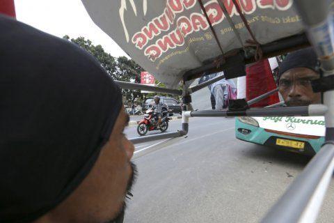 Indonesian walking 700 kilometers backward to save forests
