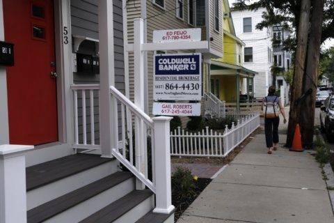 US long-term mortgage rates stay near historic lows