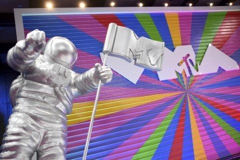 Missy Elliott honored at MTV VMAs; Swift wins top prize
