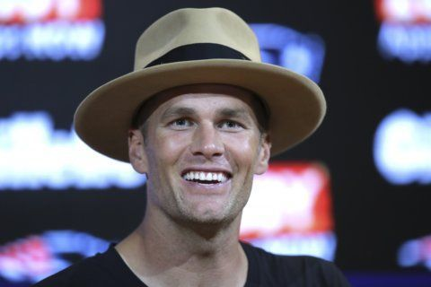 Brady passes, scrambles Patriots past Panthers 10-3