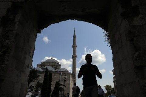 As warm welcome chills, Turkey clamps down on Syrians