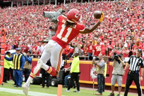 Mahomes throws 3 TD passes as Chiefs hold off Ravens, 33-28