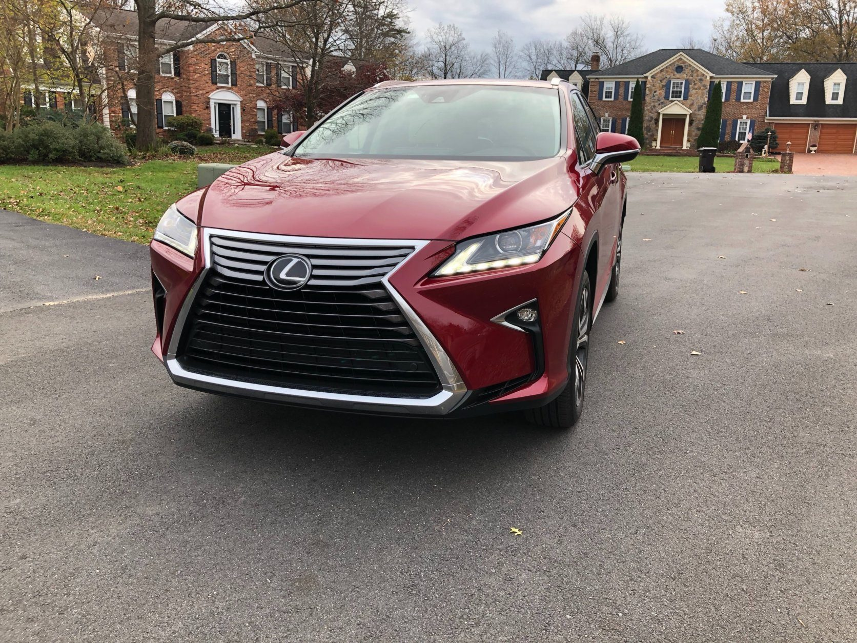 <p>The bigger Lexus has a grill with horizontal bars.</p>