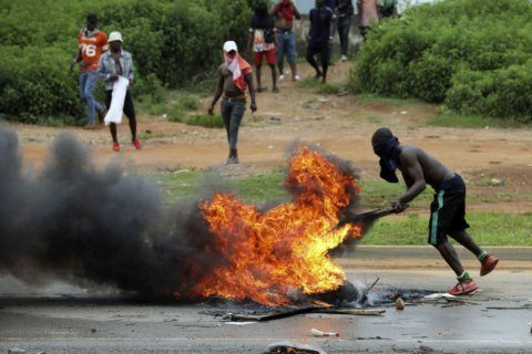 Nigerians attack South African businesses in retaliation