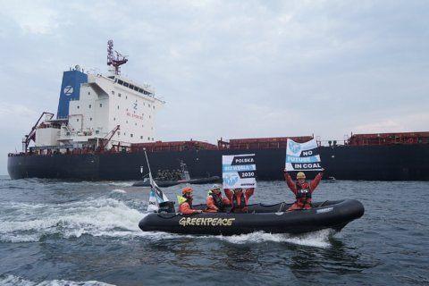 Polish border guards board Greenpeace ship, end coal protest