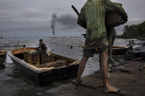 Fishermen live in stain of Venezuela's broken oil industry