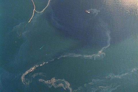Alaska to look at oil spill plan requirements