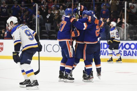 Isles rally past Blues in OT; Bruins' Pastrnak scores 4
