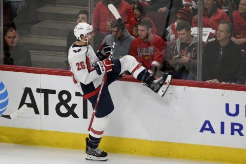Wilson snaps tie with 3rd period goal, Caps edge Blackhawks