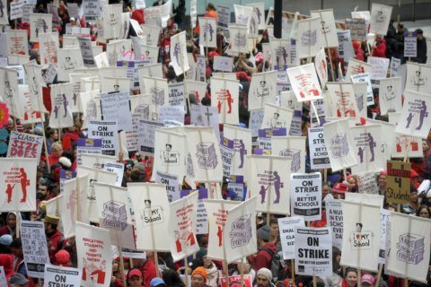 Striking Chicago teachers return to picket lines for 2nd day