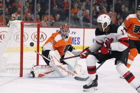 Hart shines in 1st shutout, Flyers top Devils 4-0