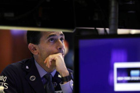 US stocks hover near records after mixed profit reports