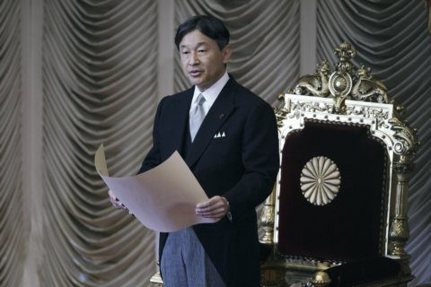 Abe wants summit with North Korea, keeps distance from South