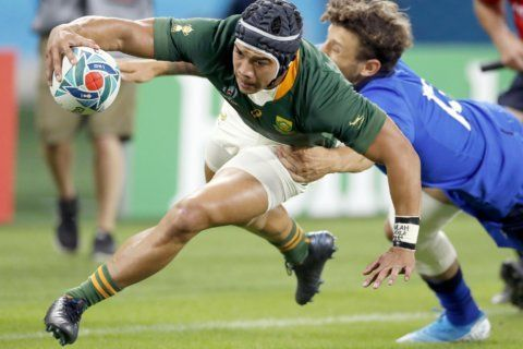 South Africa trounces 14-man Italy 49-3 to stay alive at RWC