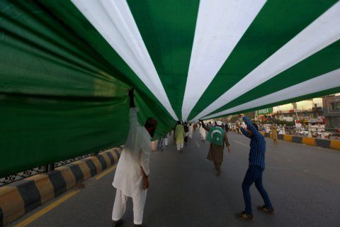 Pakistanis hoist miles-long Kashmir flag in solidarity march