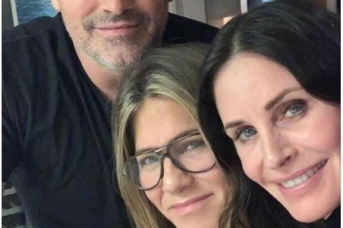 'Friends' co-stars reunited for a rare selfie, and it's perfection