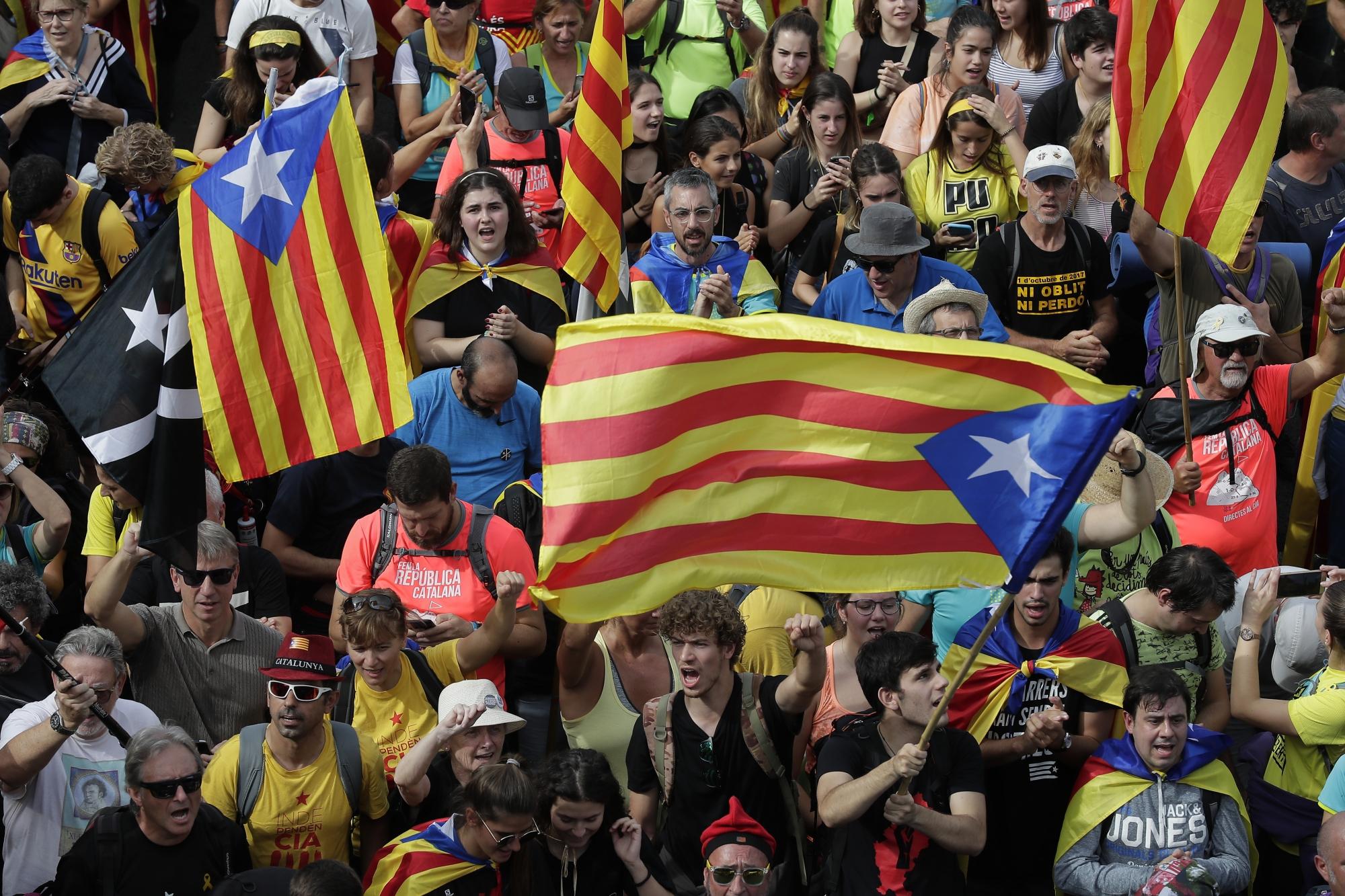 Százezrek tüntettek a katalán függetlenségi mozgalom vezetőinek szabadon engedéséért