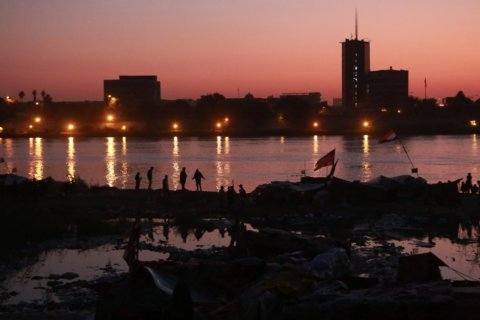 Main Gulf port in southern Iraq shut for a third day