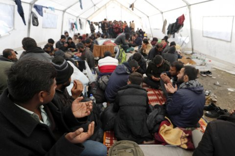 """Rights group: Bosnian migrant camp """"dangerous and inhumane"""""""