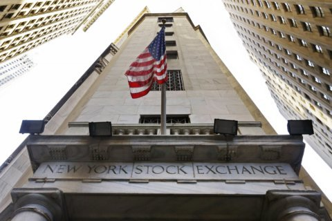 Sinking retailers hold major US stock indexes in check
